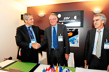 ESA Thales IXV signing photo